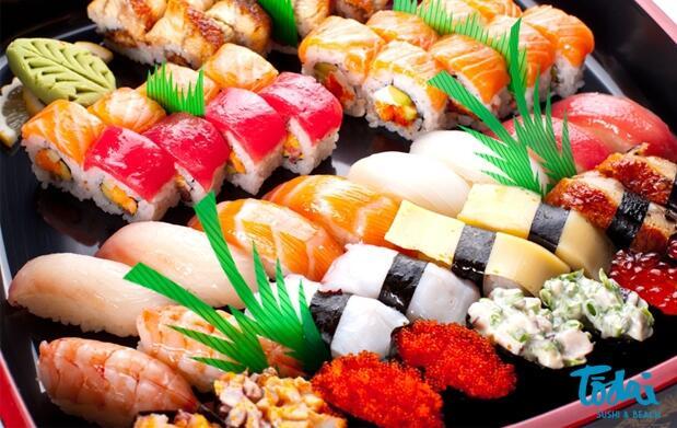 24 piezas de Sushi + Botella de Vino