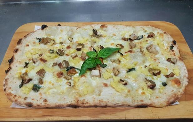 Pizza y bebida en Pizzeria Il Metro