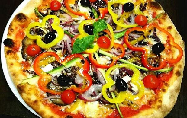 Pizza y bebida en Basilico Ristorante Pizzería