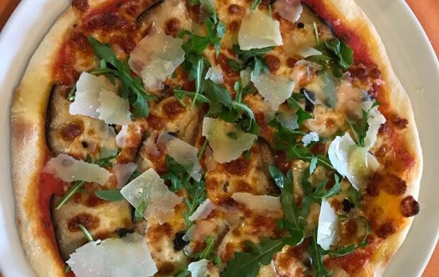 Pizza y bebida en La Capannina