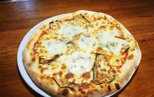 Pizza y bebida en Da Vinci Ristorante