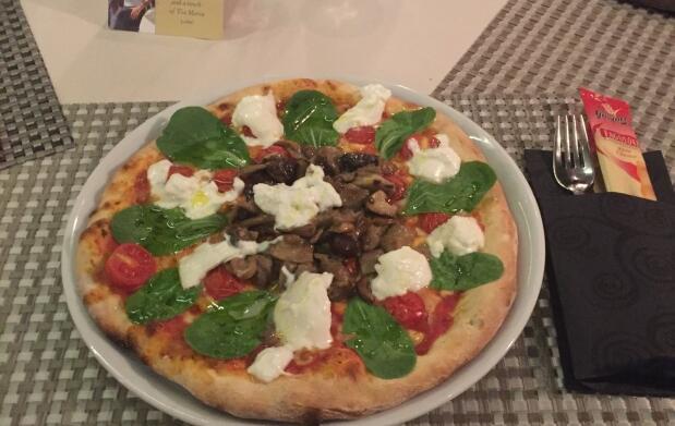 Pizza y bebida en La Fiorentina Ristorante
