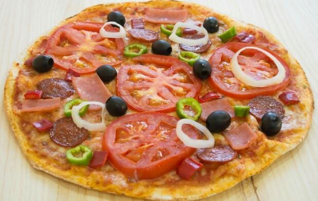 Pizza y bebida en Restaurante Don Calzone