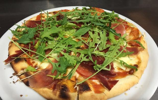 Pizza y bebida en Ator Restaurante