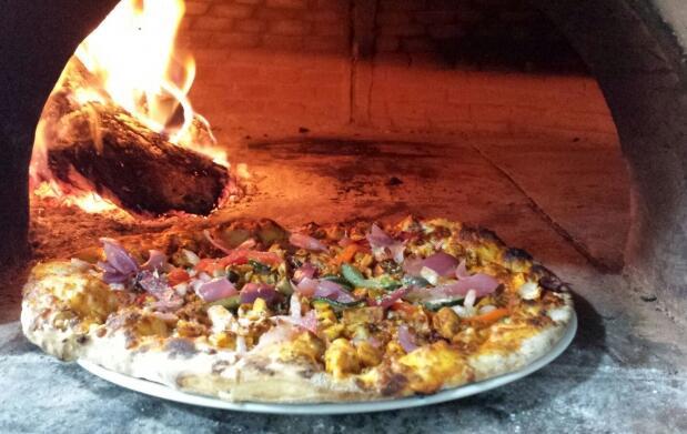 Pizza y bebida en Pizzería El Chaparral