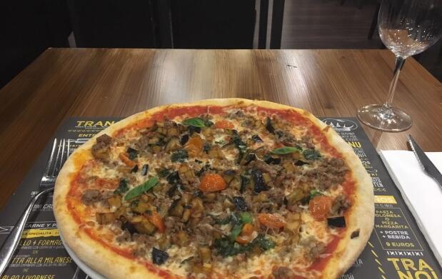 Pizza y bebida en Pizzería Tranoi