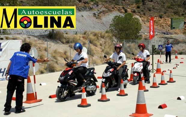 Carné de conducir moto o coche: teoría, prácticas y material