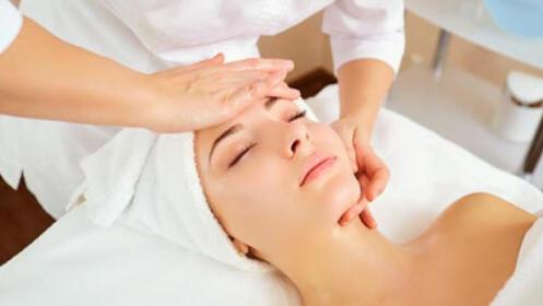 Higiene facial con dermoabrasión, peeling e hidratación